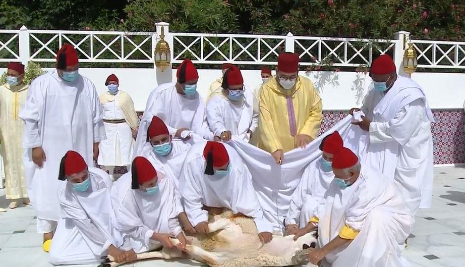 Le Roi, Amir Al-Mouminine, accomplit la prière de l'Aïd Al-Adha et procède au rituel du sacrifice