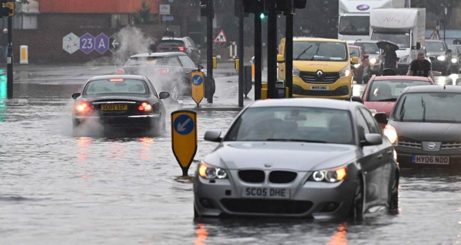 فيضانات في شوارع لندن مع توالي العواصف