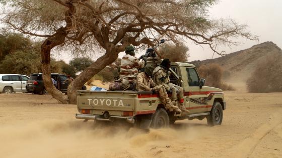 """النيجر .. مقتل 15 جنديا وفقدان 6 آخرين إثر هجوم """"إرهابي"""" (وزارة الدفاع)"""