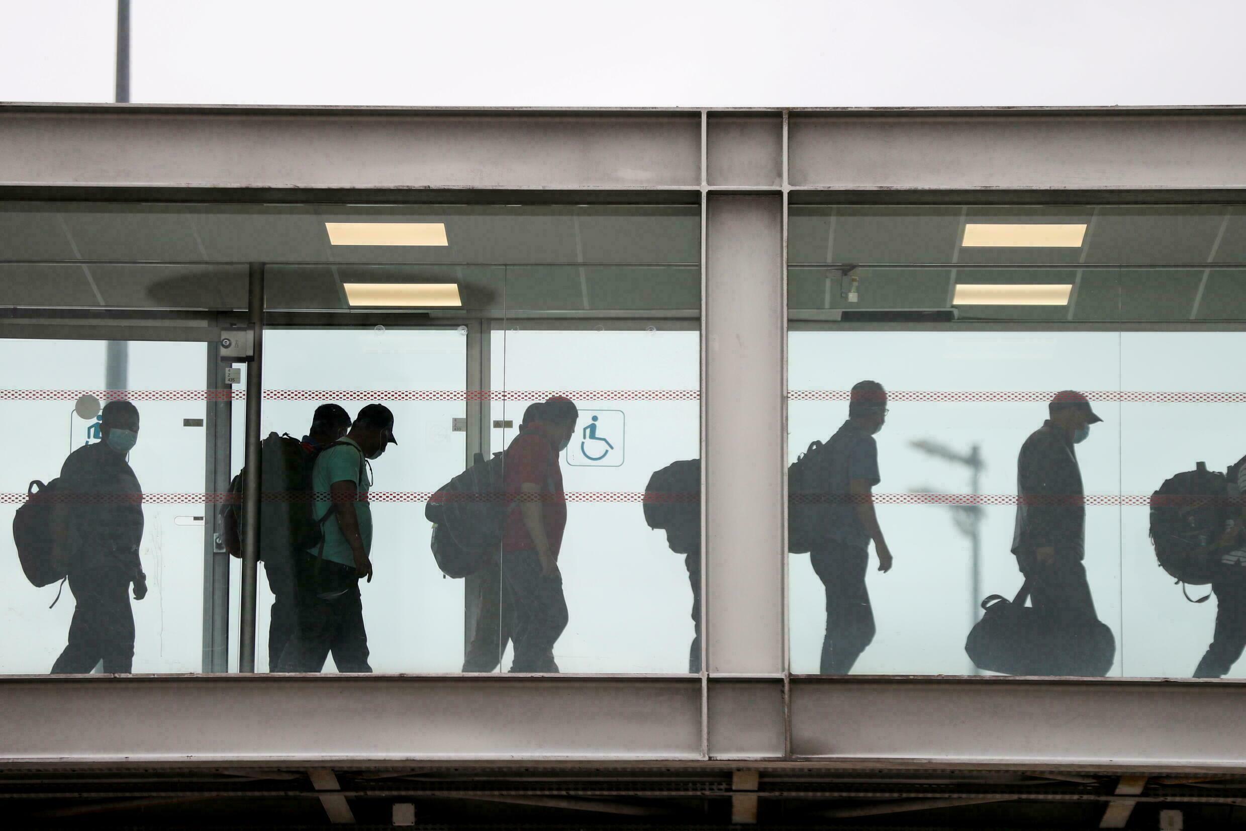 وصول أكثر من 300 أفغاني تم إجلاؤهم من كابول إلى باريس