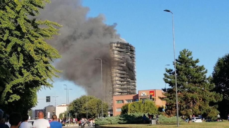 حريق يجتاح مبنى من 20 طابقا في ميلانو