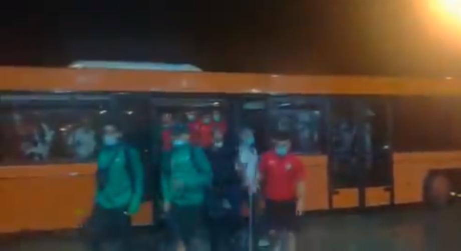 """فيديو .. لحظة وصول بعثة """"الأسود"""" إلى كوناكري"""