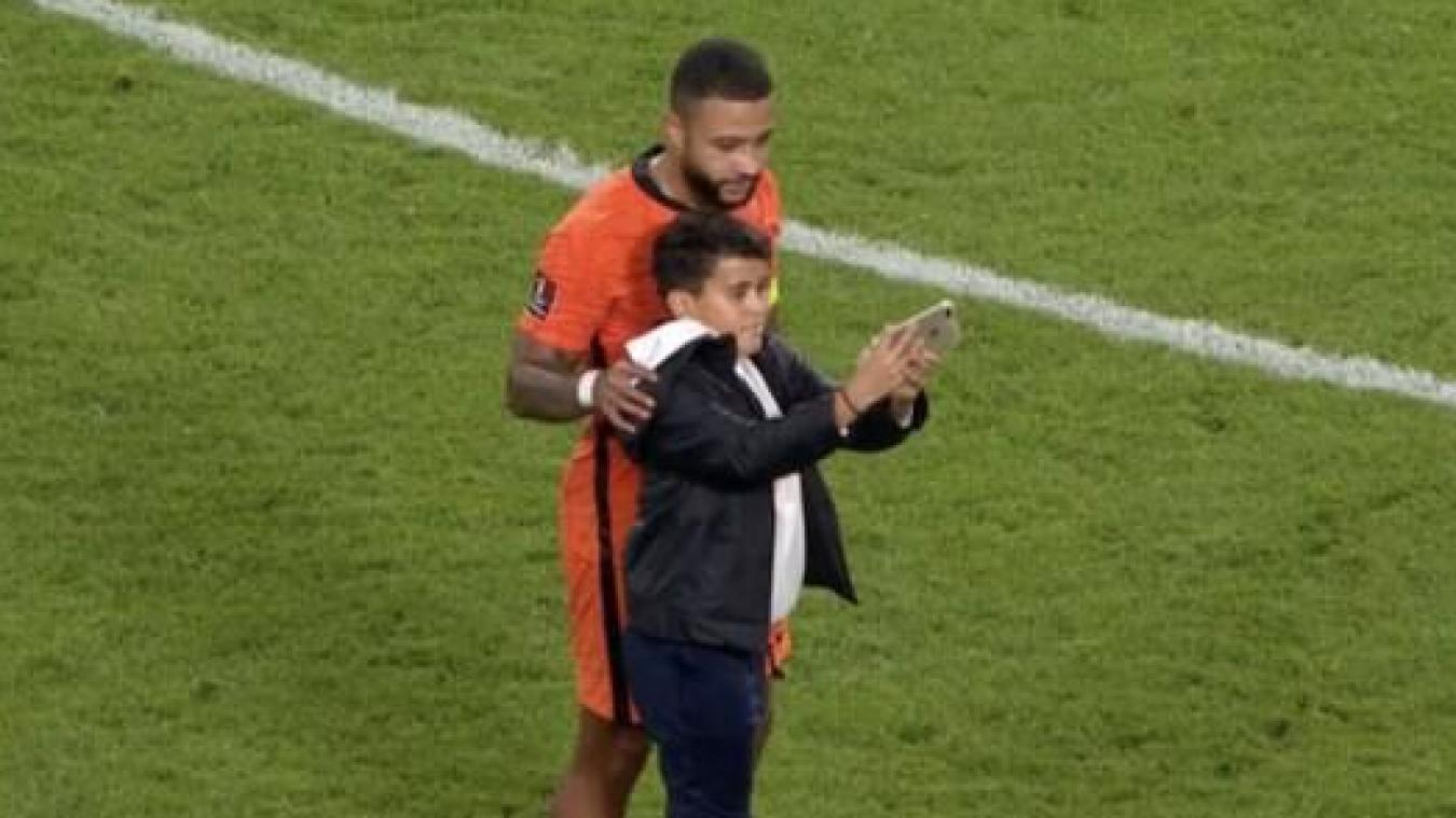 Mondial-2022 - Pays-Bas: un enfant monte sur le terrain pour un selfie avec Depay