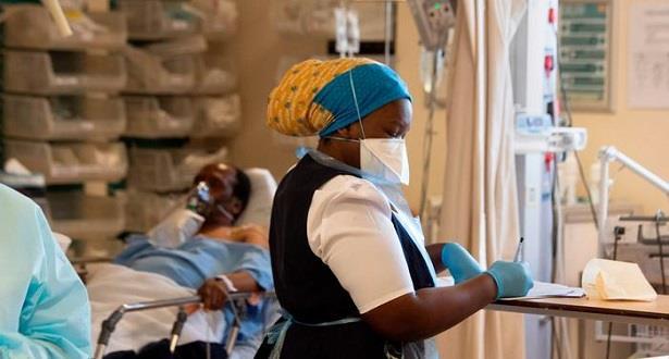 جنوب إفريقيا تخفف القيود المرتبطة بكوفيد-19 مع تراجع موجة الإصابات