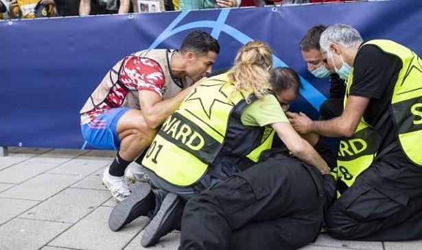 تسديدة رونالدو القوية تصيب سيدة وتطرحها أرضا