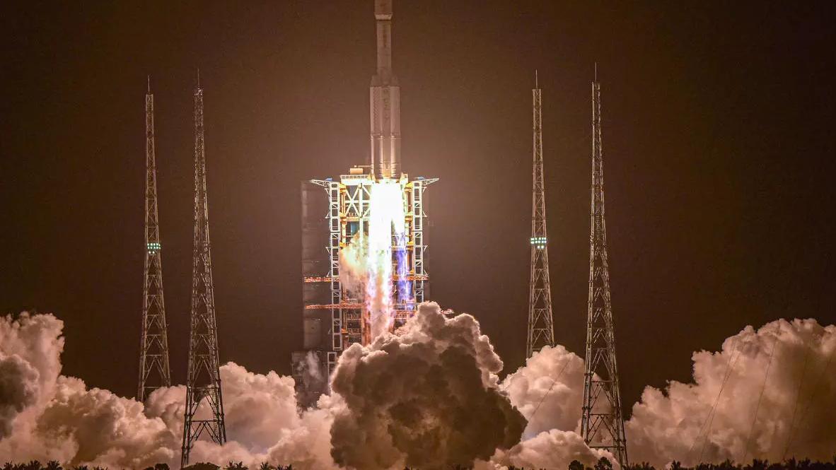أطول مهمة صينية في الفضاء تختتم بعودة الرواد إلى الأرض