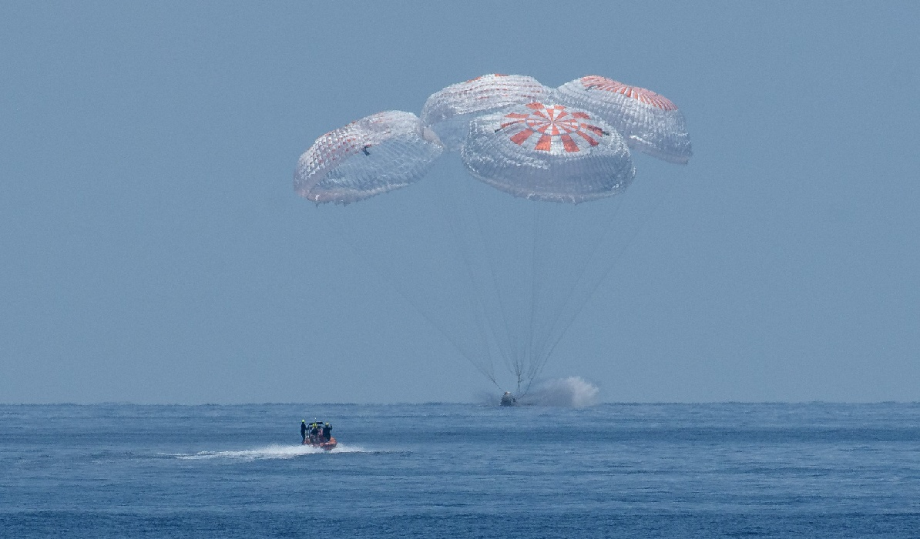 Retour sur terre de l'équipage entièrement civil de SpaceX