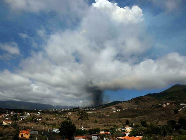 حمم البركان تؤدي لتدمير نحو مائة منزل في جزر الكناري الإسبانية