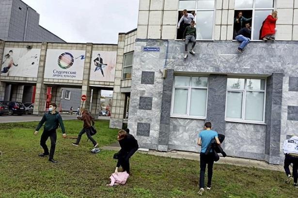 فيديو ..طلاب يلقون أنفسهم من الشبابيك بجامعة روسية أثناء هجوم مسلح