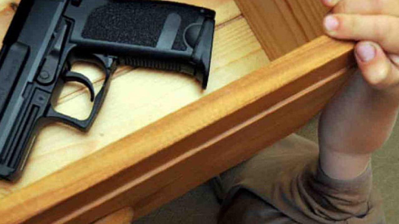 طفل في سن الثانية يقتل نفسه بسلاح وجده في حقيبة أحد الأقرباء في تكساس