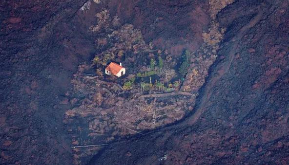 """""""المنزل المعجزة"""" .. قصة صمود منزل أمام الحمم البركانية"""