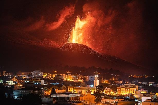 بسببثوران البركان  .. إغلاق عدة أحياء في لابالما