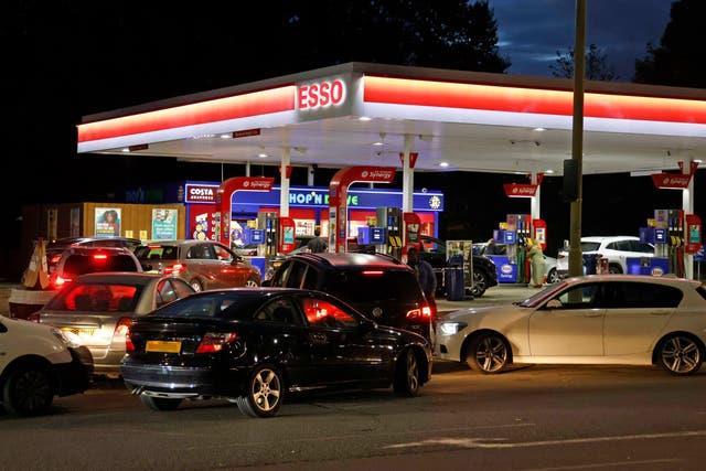 """""""الشراء بدافع الذعر"""" يفاقم أزمة الوقود في بريطانيا"""