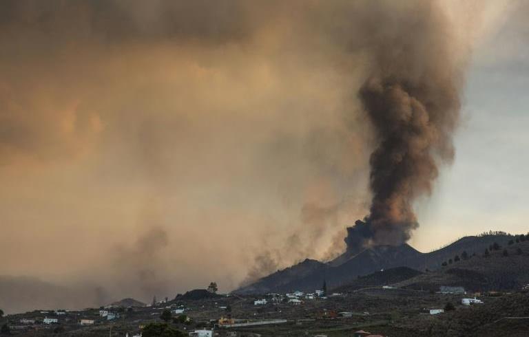 Eruption volcanique aux Canaries : la coulée de lave atteint la mer (Institut)
