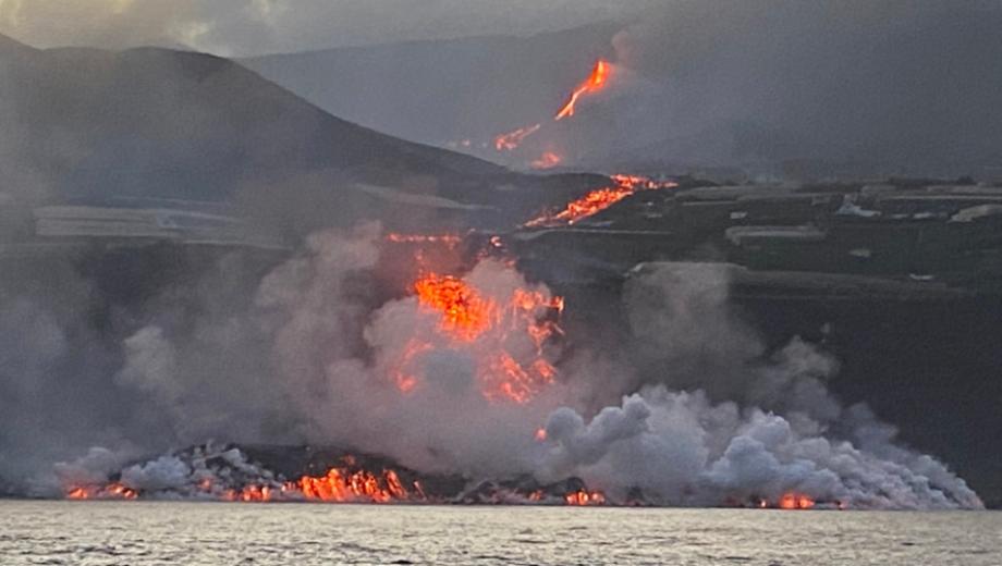 حمم بركان جزيرة لا بالما تصل إلى البحر ومخاوف من انبعاثات سامّة