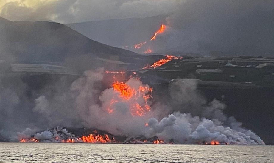 بركان جزيرة لاس بالماس ينفث حمما جديدة