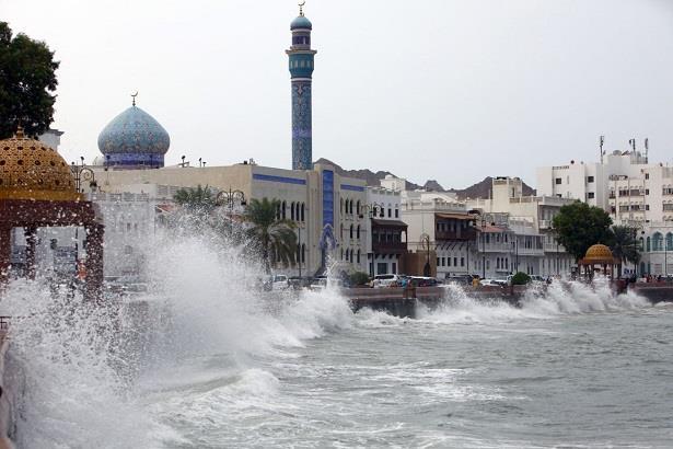 ثلاث وفيات جراء إعصار مداري يضرب سواحل سلطنة عمان