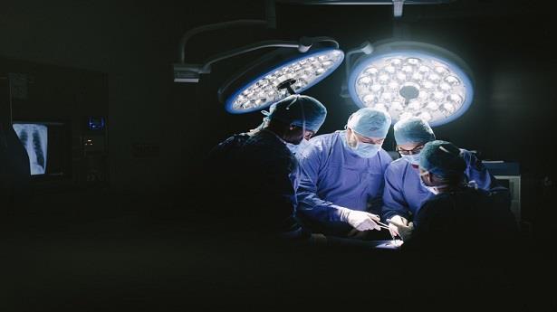 عملية نادرة ومعقدة ..فريق طبي أردني ينجح في فصل توأم سيامي يمنيين