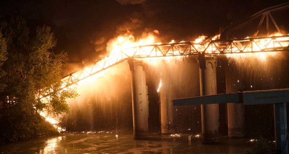 حريق يلتهم جسرا يعود إلى القرن الـ19 في روما