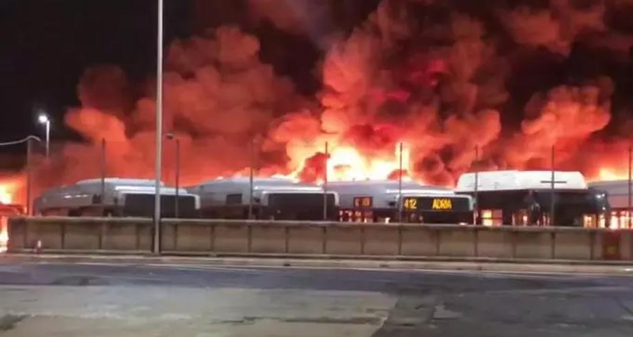 حريق يلتهم 30 حافلة في مستودع بروما