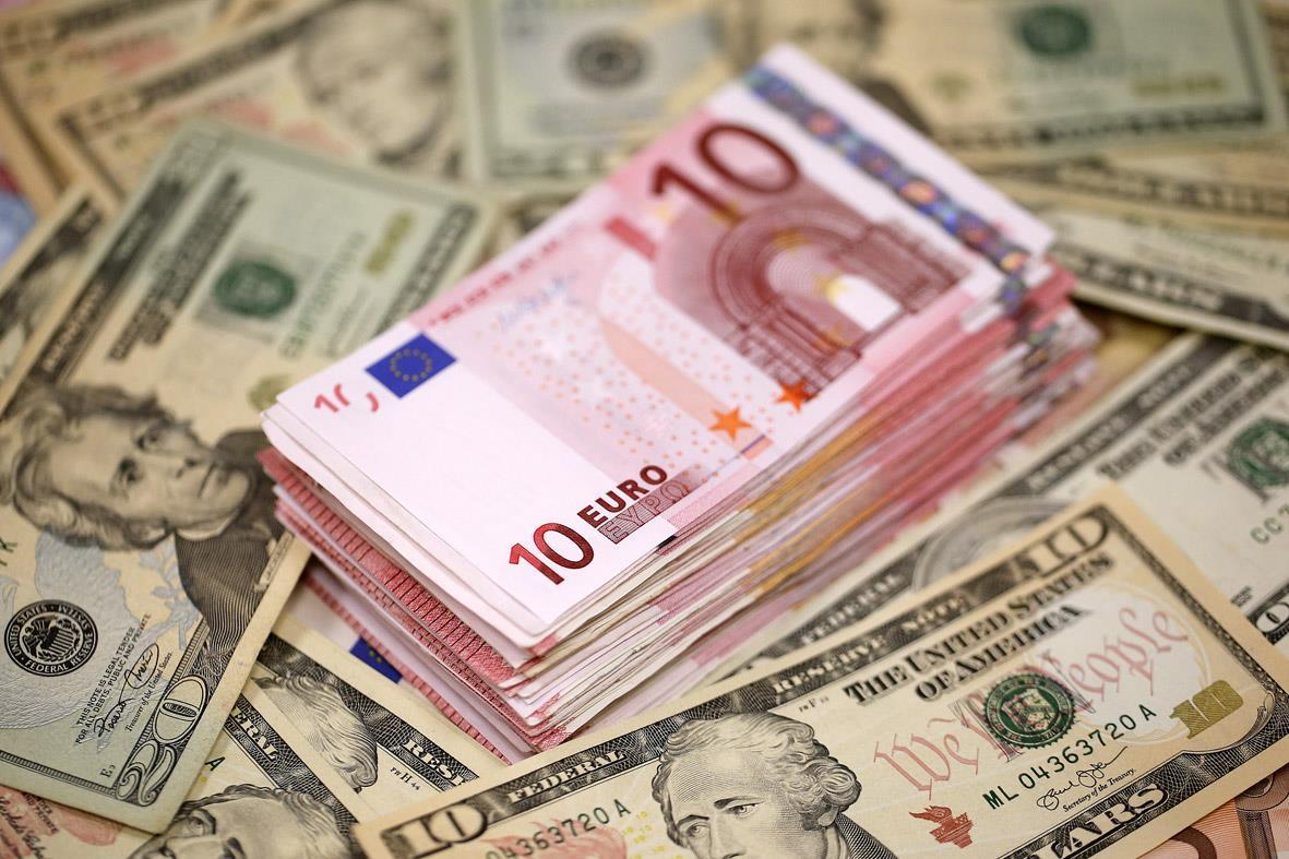 الدولار يستقر قرب أعلى مستوياته في 14 شهرا مقابل الأورو