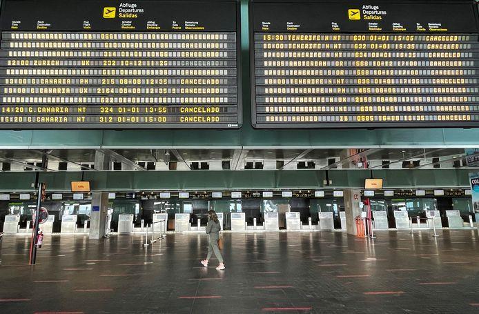 إغلاق مطار لاس بالماس مجددا بسبب حمم بركانية