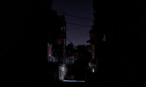 انقطاع التيار الكهربائي بشكل كامل في لبنان