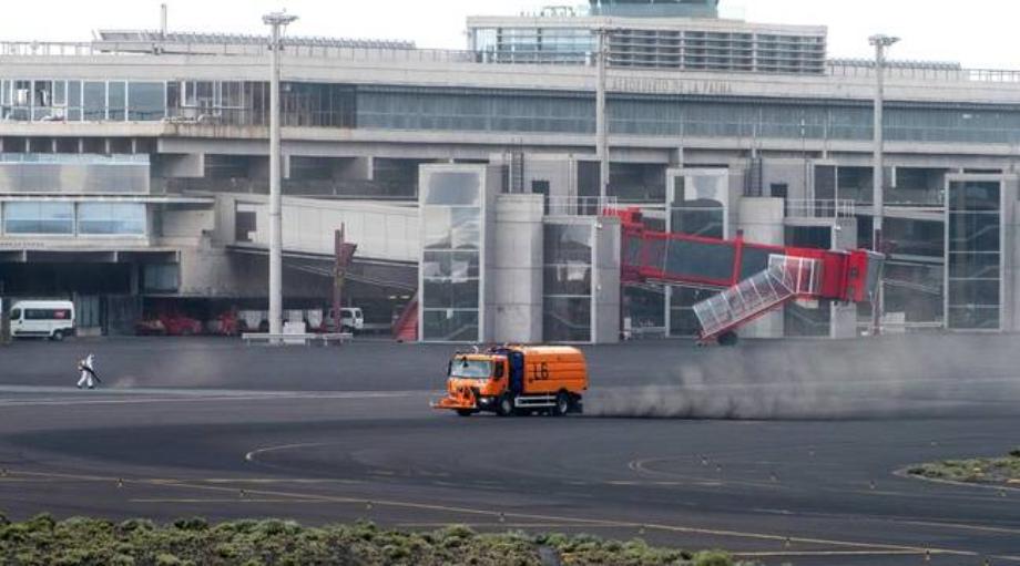 Eruption à La Palma: réouverture de l'aéroport, après une fermeture due aux cendres