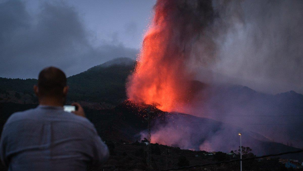 سلطات الكناري توجه أمراً لـ800 شخص بإخلاء منازلهم مع تقدم الحمم البركانية