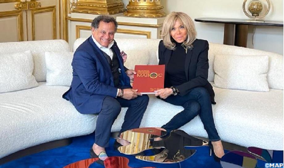Mehdi Qotbi remet à Brigitte Macron le catalogue-livre de l'exposition Eugène Delacroix organisée au MMVI de Rabat