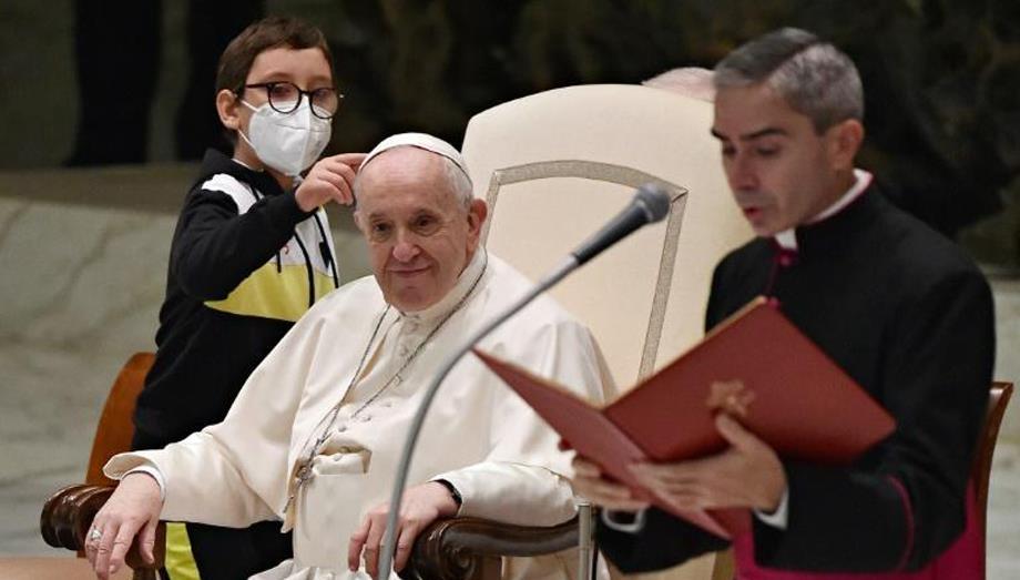 في لقطة عفوية .. فتى يقترب من البابا ويحاول أخذ قلنسوته
