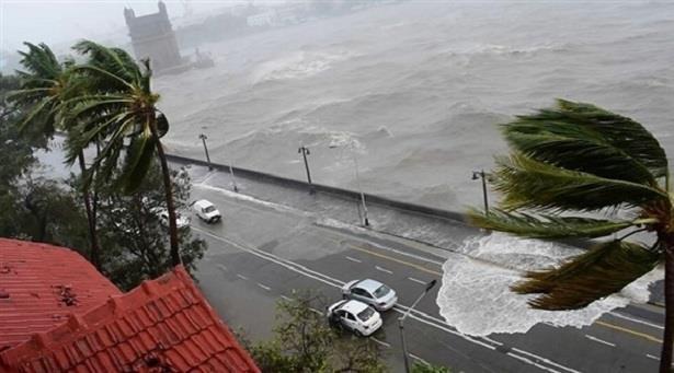 """اقتراب الإعصار """"ريك"""" من السواحل المكسيكية"""