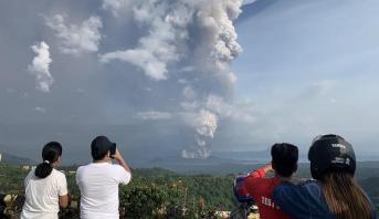 الفلبين .. إجلاء آلاف الأشخاص وتعليق رحلات جوية تحسبا لثوران بركان