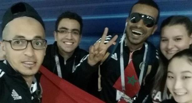 مشجع مغربي يتحدى إعاقته ويصل إلى روسيا مشيا على الأقدام