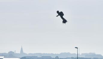 """""""L'homme volant"""", Franky Zapata réussit l'exploit de traverser la Manche sur son Flyboard"""